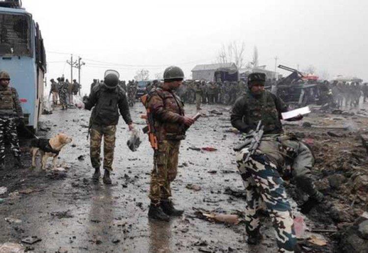 காஷ்மீரில் பயங்கரவாதிகள் தாக்குதல்: 2 போலீசார் உட்பட நான்கு பேர் பலி