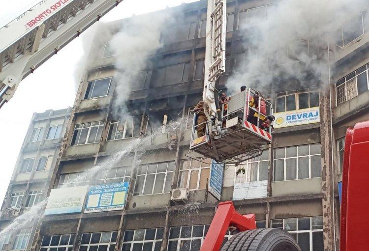 சென்னை அடுக்குமாடி கட்டிடத்தில் தீவிபத்து: போட்டோஸ் வைரல்